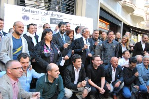 Foto de família dels restaurants col•laboradors de la Tapa 2012, juntament amb l'alcalde de Barcelona