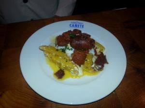 Ous estrellats amb patates i xoriço gallec_Cañete