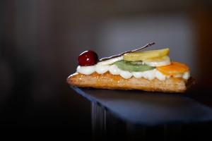 Forn Bertran_Banda full caramel·litat amb crema i fruites naturals