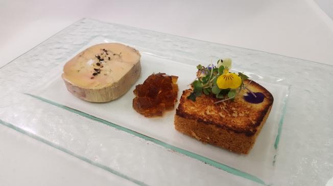 eshob_terrina-de-foie-gras-en-llenc-amb-gelea-de-consome-i-buquet-de-brots-tendres